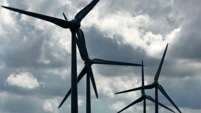 vídeos de stock e filmes b-roll de wind turbines - quatro objetos