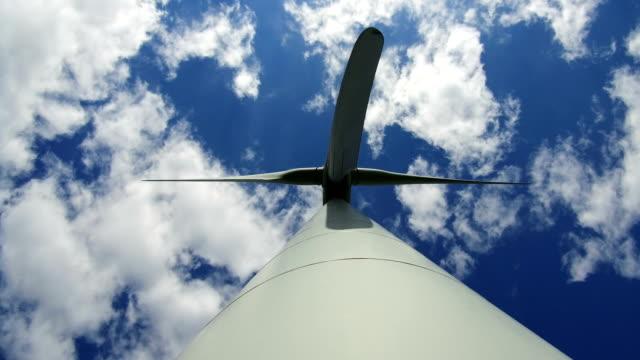 vídeos de stock, filmes e b-roll de wind turbines - energia alternativa