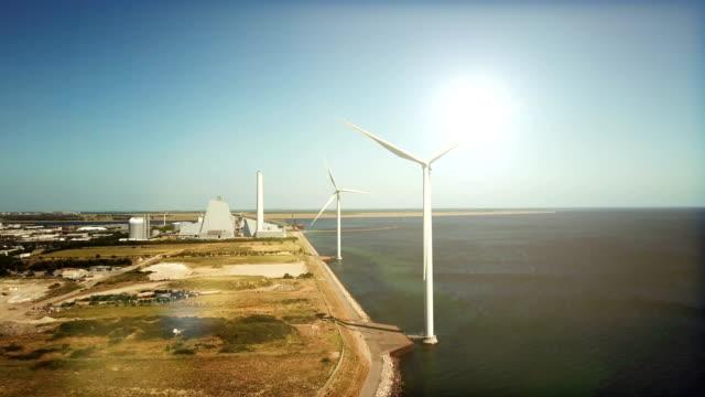 stockvideo's en b-roll-footage met windturbines vs. kolencentrale - industriëel gebouw