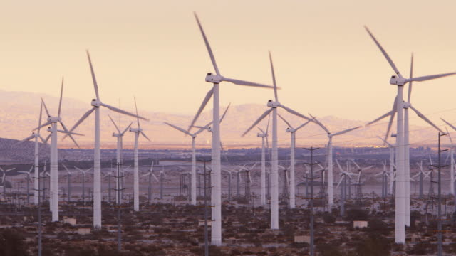 vidéos et rushes de ls wind turbines with mountains in background / palm springs, california - production d'énergie