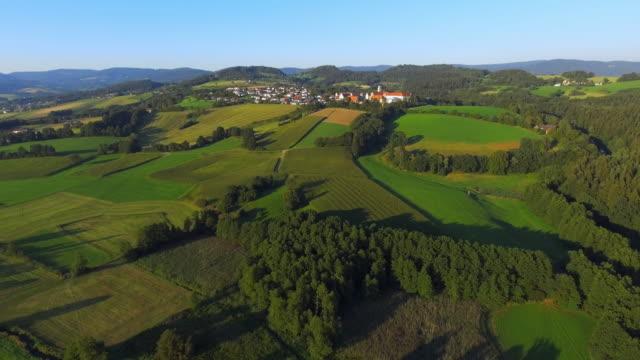 vídeos de stock, filmes e b-roll de windberg mosteiro hill em baixa bavária - floresta da bavária