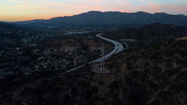 stockvideo's en b-roll-footage met kronkelende 2 freeway, los angeles - luchtfoto drone shot - b roll