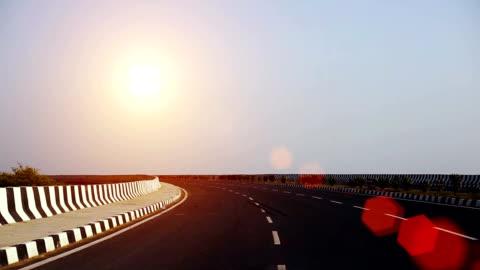 vidéos et rushes de winding highway road, inde - route déserte