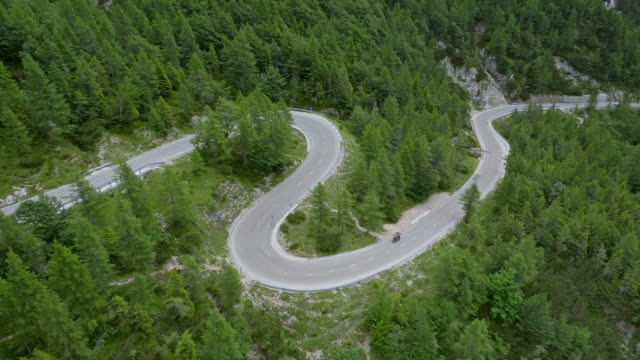 aerial winding road in den bergen - kurvenreiche straße stock-videos und b-roll-filmmaterial