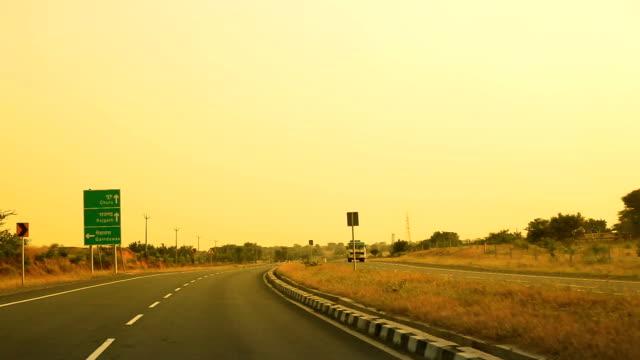 stockvideo's en b-roll-footage met kronkelige weg, jaipur highway, india - tweebaansweg
