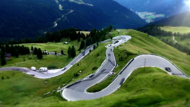 Kurvenreiche Straße durch den Bereichen Dolomiten Alpen-Tal