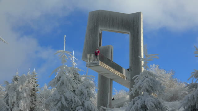 windklang sculpture at summit of mount erbeskopf in winter, rhineland-palatinate, germany - naturwunder stock-videos und b-roll-filmmaterial