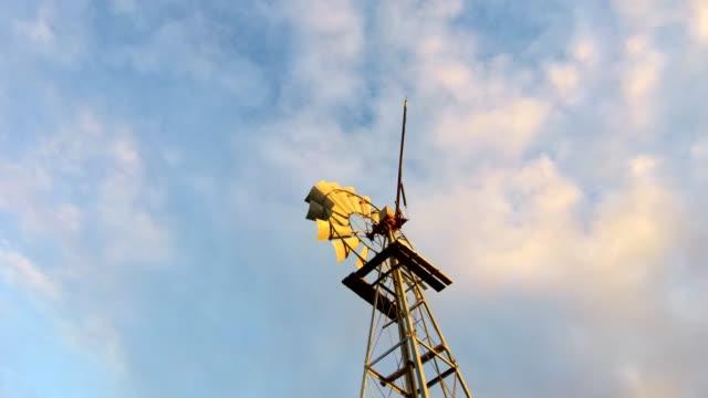 väderkvarn mot en blå himmel - karoo bildbanksvideor och videomaterial från bakom kulisserna