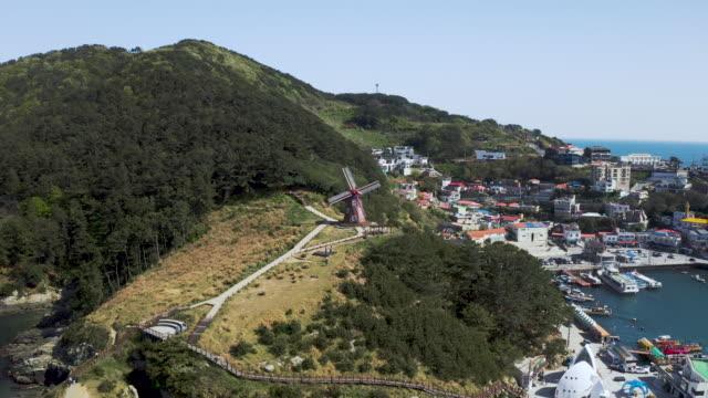 windmill at 'windy hill' / geoje-si, gyeongsangnam-do, south korea - anker werfen stock-videos und b-roll-filmmaterial