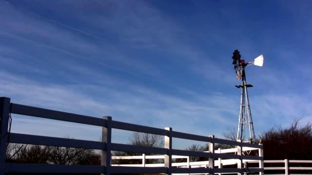 windmühle zaun - speichen stock-videos und b-roll-filmmaterial