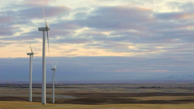 vídeos y material grabado en eventos de stock de ws windmill turbines near etheridge, montana, usa - montana