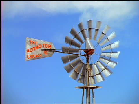 """windmill with """"the aermotor chicago"""" logo spinning / pacific northwest - anno 1999 video stock e b–roll"""
