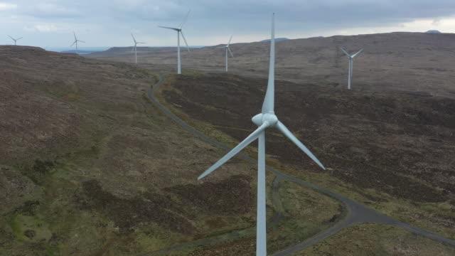 vídeos de stock e filmes b-roll de windmills aerial view - hébridas