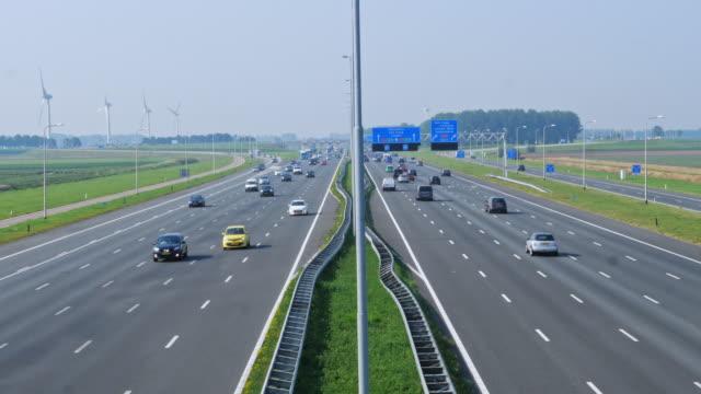 väderkvarnar och jordbruk och tung trafik. trångt nederländerna - väg bildbanksvideor och videomaterial från bakom kulisserna