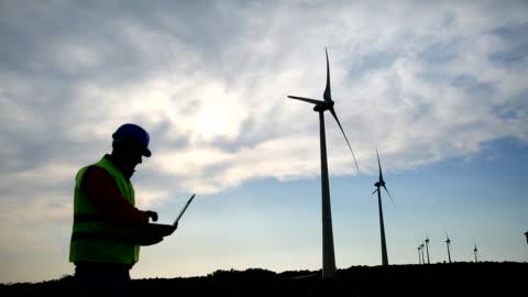 風車とエンジニア - 風力発電点の映像素材/bロール