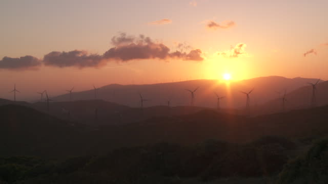 ws windmills at sunset / tarifa, andalusia, spain   - andalusien stock-videos und b-roll-filmmaterial