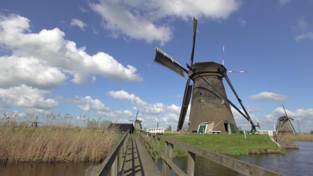 windmills, kinderdijk, unesco world heritage site, netherlands, europe - windmühle stock-videos und b-roll-filmmaterial