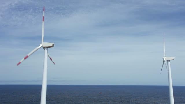 Windmühlen von der Küste entfernt und mit dem Boot