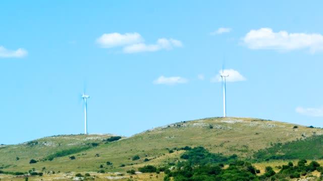 windmills on a hill in uruguay (time lapse), green energy generation - fünf gegenstände stock-videos und b-roll-filmmaterial
