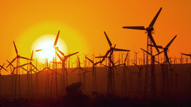 vidéos et rushes de t/l ws windmills spinning against sky at sunset / palm springs, california, usa - image teintée