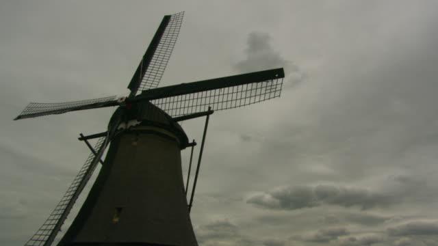 ms windmills standing over cloud / holland - オランダ文化点の映像素材/bロール
