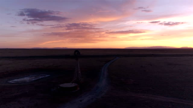 vidéos et rushes de moulin à vent/pompe à vent dans le désert - ouest
