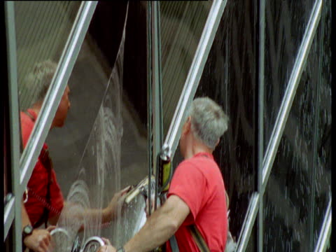 vídeos de stock e filmes b-roll de window cleaner cleans window on side of skyscraper, chicago - porta sabonete líquido