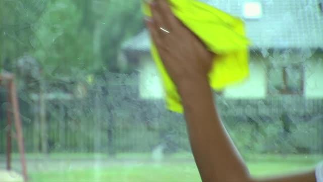 window cleaning - fingerabdruck stock-videos und b-roll-filmmaterial