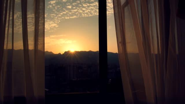 日の出の窓カーテン - カーテンレール点の映像素材/bロール