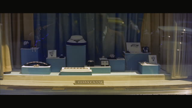 stockvideo's en b-roll-footage met ms window display of jewellery shop / new york city, new york state, united states  - capital letter