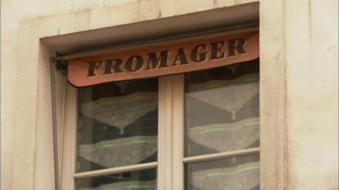 vídeos y material grabado en eventos de stock de cu window of cheese shop / paris, france - cultura francesa