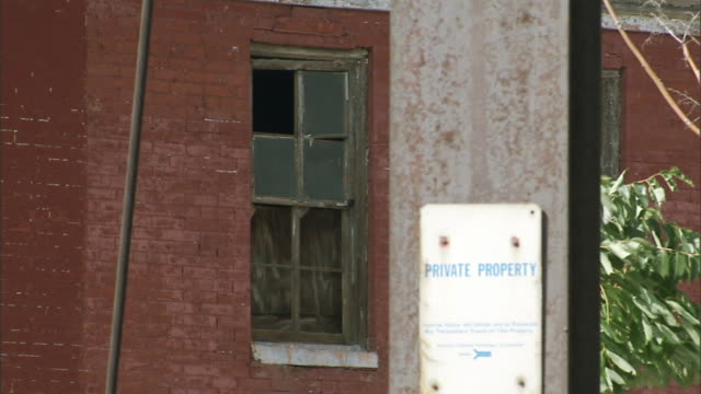 stockvideo's en b-roll-footage met hd window on blighted row house w/ rotting frame missing panes sign on wall 'private property' forclosure subprime lending reverse redlining... - executie evenement