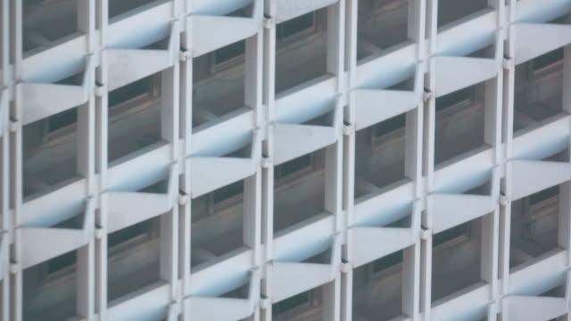 finestra sull'edificio panning shot - panning video stock e b–roll
