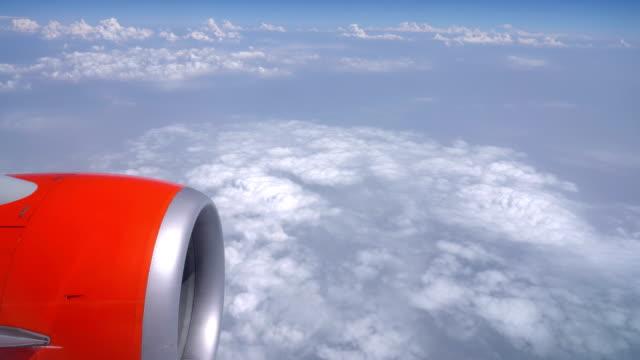 Raam stoel zicht van vliegtuig met motor en wolk achtergrond