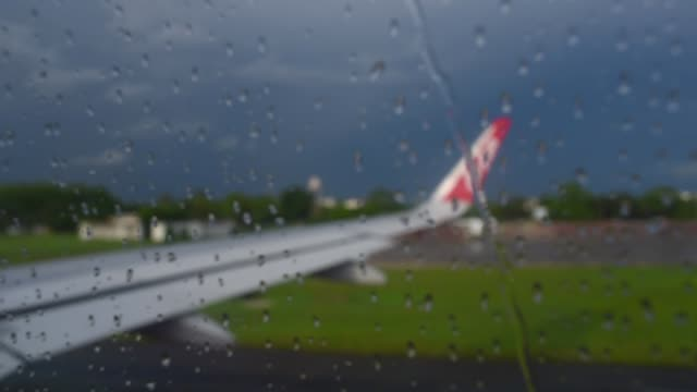 stockvideo's en b-roll-footage met venster weergave vleugel vliegtuig uitgevoerd op start-en landingsbaan met regent - start  en landingsbaan