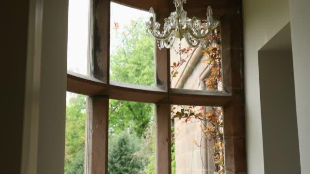 vídeos de stock, filmes e b-roll de janela com uma vista idílica - janela saliente