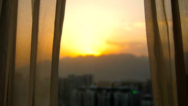 vidéos et rushes de fenêtre avec le rideau dans le matin - appartement