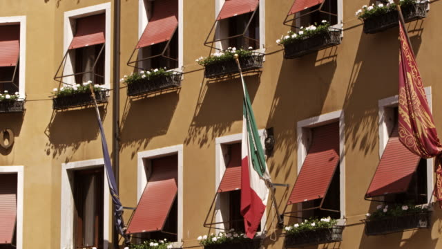windows and flags close up on side of building, venice - italienische flagge stock-videos und b-roll-filmmaterial