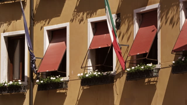 windows and flags on side of building, slow motion, venice - italienische flagge stock-videos und b-roll-filmmaterial