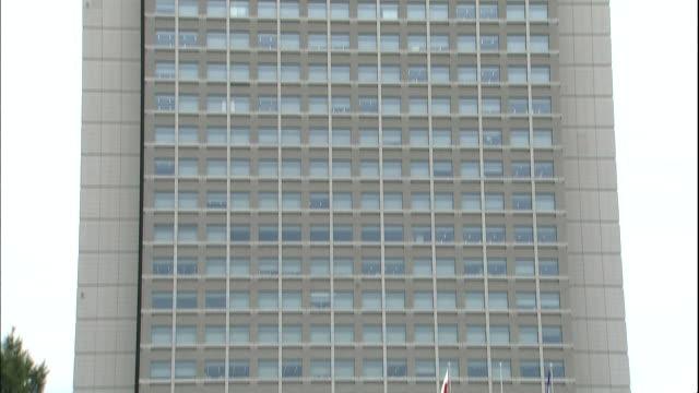 windows cover the ibaraki prefectural government office in mito, japan. - 建物の正面点の映像素材/bロール