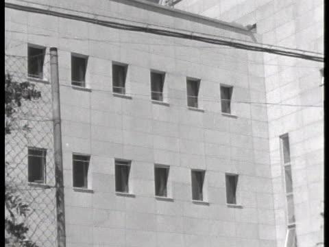 windows line the exterior of the tel aviv prison where convicted war criminal adolf eichmann awaits sentencing. - ゲシュタポ点の映像素材/bロール