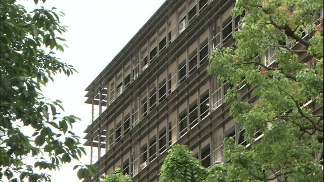 windows line the facade of the saitama prefectural police office in japan. - 警察署点の映像素材/bロール