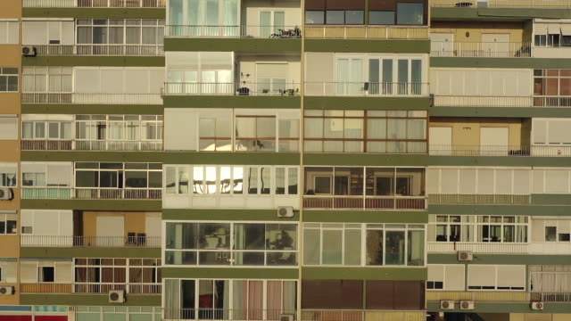 vídeos de stock e filmes b-roll de windows of buildings in closeup view, home working - epidemia