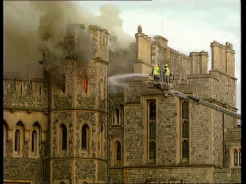 vídeos y material grabado en eventos de stock de windsor castle fire england seq castle on fire berks windsor castle - castillo estructura de edificio