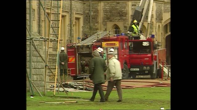 weekend late news pab; england: london: gir: int reporter to camera berkshire: windsor castle: ext lms firemen outside palace lagv scaffolding... - ダーモット・マーナハン点の映像素材/bロール