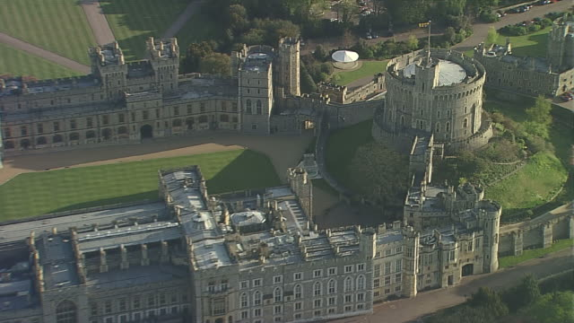 aerial cu windsor castle - schlossgebäude stock-videos und b-roll-filmmaterial