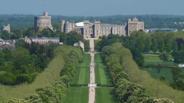 vídeos de stock e filmes b-roll de windsor castle viewed from the end of the long walk. windsor great park. - berkshire inglaterra