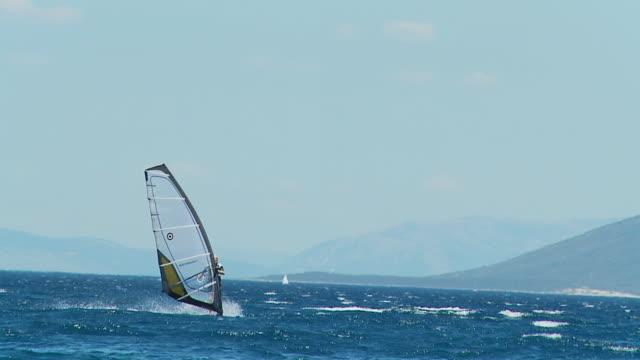 hd-zeitlupe: windsurfer fallen an bord - hinunter bewegen stock-videos und b-roll-filmmaterial