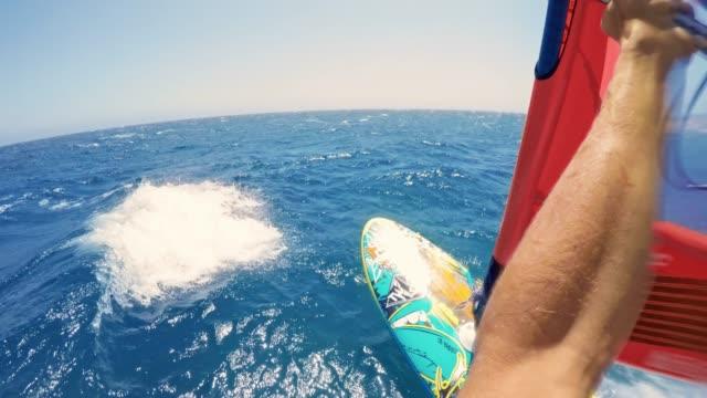 pov windsurfer reiten seine windsurf bei sonnenschein - windsurfen stock-videos und b-roll-filmmaterial