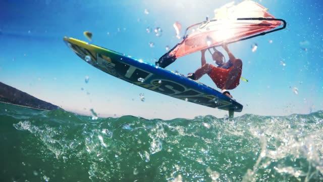 stockvideo's en b-roll-footage met pov windsurfer rijden in de zon - windsurfen
